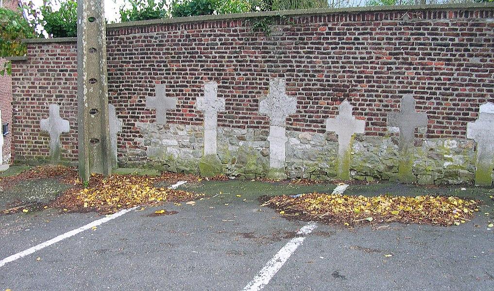 Fléron, Parkplätze bei der Kirche St. Denis mit alten Grabsteinen