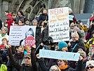 I manifestanti si riuniscono fuori dalla cattedrale di Colonia dopo le aggressioni sessuali di Capodanno in Germania, gennaio 2016