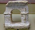 Fragment d'un remat arquitectònic de pedra tosca, segles I - II dC. Punta de l'Arenal, Museu Soler Blasco de Xàbia.JPG