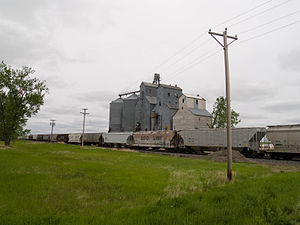 Kintyre, North Dakota - The town's grain elevator, with a DMVW train parked at the terminal in the foreground