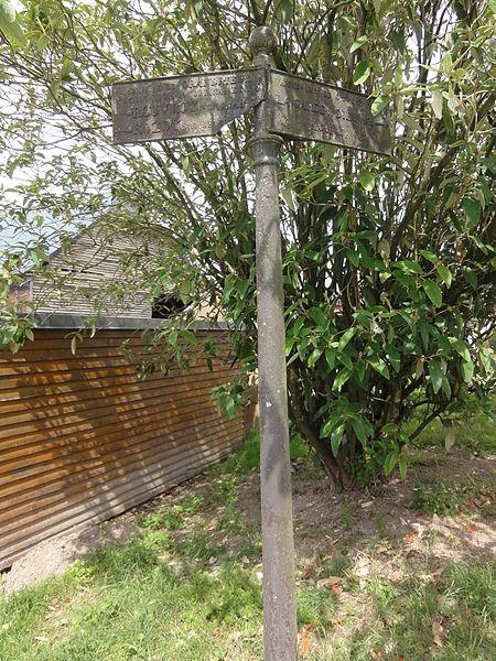 Grandrieux (Aisne) ancien poteau indicateur