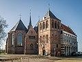 Grote of Sint Nicolaaskerk (links) De bijbehorende toren (midden) en de stadsbodewoning (Rechts), Vollenhove.jpg