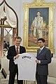 H.E. Quinton Mark Quayle มอบของที่ระลึกแก่นายกรัฐมนตรี - Flickr - Abhisit Vejjajiva.jpg
