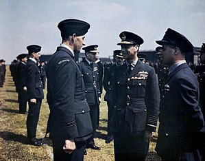 Monarchy of New Zealand - King George VI speaks with a RNZAF Flight Lieutenant Les Munro at RAF Scampton, 27 May 1943.