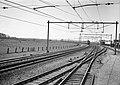 HUA-150911-Afbeelding van een electrische locomotief uit de serie 1100 van de N.S. met rijtuigen ter hoogte van Gouda.jpg