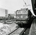 HUA-167710-Afbeelding van de electrische locomotief nr. 1312 (serie 1300) van de N.S. langs een perron van het N.S.-station Utrecht C.S. te Utrecht.jpg