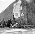 Herdenking in Oranjehotel te Scheveningen. Kranslegging bij muur van gevangeni, Bestanddeelnr 913-0509.jpg