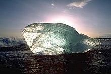 Un growler (blocco di ghiaccio) su una spiaggia dell'Islanda