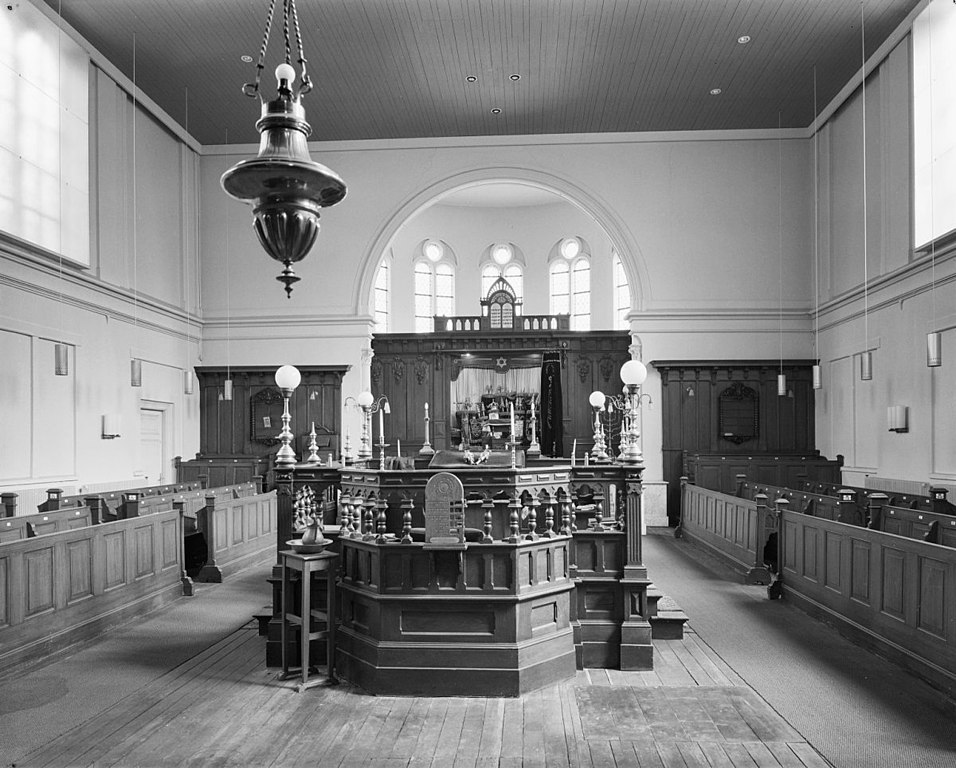https://upload.wikimedia.org/wikipedia/commons/thumb/7/71/Interieur_van_de_synagoge_te_Zwolle_met_biema_%28%3D_verhoging_voor_het_voorlezen_van_de_Tora%29_en_Heilige_Arke_-_Zwolle_-_20229980_-_RCE.jpg/956px-Interieur_van_de_synagoge_te_Zwolle_met_biema_%28%3D_verhoging_voor_het_voorlezen_van_de_Tora%29_en_Heilige_Arke_-_Zwolle_-_20229980_-_RCE.jpg