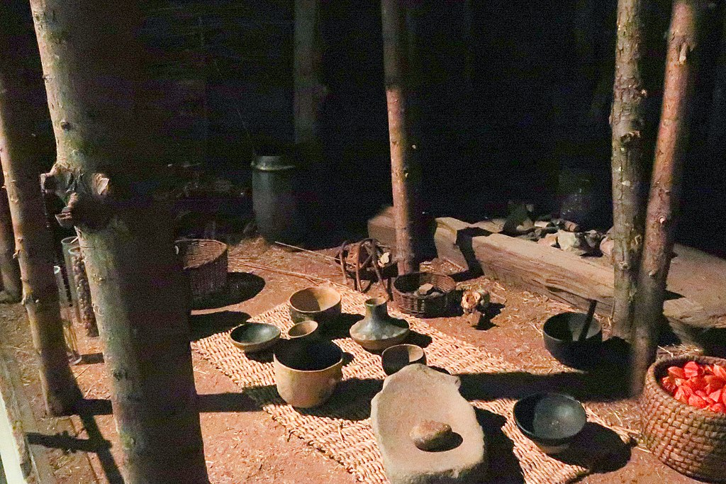 Reconstitution de l'intérieur d'une habitation d'époque Néolithique