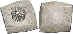 Zwei dicke, fast quadratische Stücke Metall nebeneinander, sie sehen fast wie Pflastersteine aus, die Kanten sind etwas schräg beschnitten. Das linke Stück hat ein Wappen mit einem Löwen eingeprägt