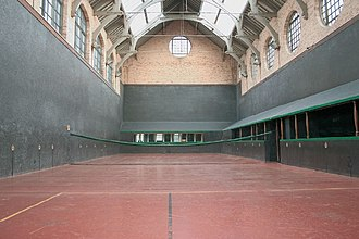 Real tennis - Jesmond Dene jeu à dedans court, view toward service end