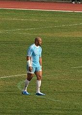 Photo en pied de Jonah Lomu avec le maillot de Marseille Vitrolles