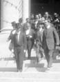 José María Pino Suárez y funcionarios salen de la Cámara de Diputados.png