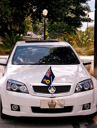 Flags of the Governors of the Australian states - The flag of the Governor of Western Australia affixed to a car
