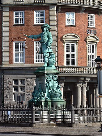 Statue of Niels Juel - The Niels Juel statue viewed with the old Gafnia headquarters as a backdrop