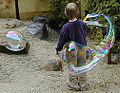 Kind mit Seifenblase.jpg