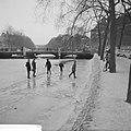 Kinderen op het ijs op de Stadhouderskade, Bestanddeelnr 914-7092.jpg