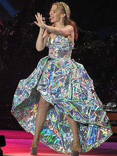 "Kylie Minogue v modelu Dolce & Gabbana zpívá ""Can't Get You Out of My Head"" během Aphrodite: Les Folies Tour 2011"