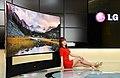 LG전자-LG디스플레이, 세계최초 '105형 곡면 울트라HD TV' 공개 (3).jpg