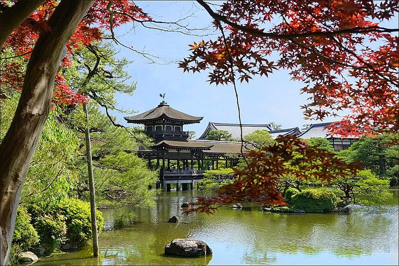 Le lac du sanctuaire shinto Heian-Jingu (Kyoto, Japon) (28183380067).jpg