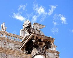 Il leone di San Marco, posto su una colonna in piazza delle Erbe, simbolo massimo della Verona veneziana