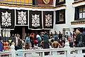 Lhasa-Jokhang-14-Pilger am Eingang-2014-gje.jpg