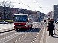 Malovanka, tramvajová zastávka, vjíždějící autobus.jpg