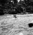 Man bär en av expeditionens bördor över den strida floden. Rio Yahuarmayo, Sydamerika. Peru - SMVK - 002493.tif
