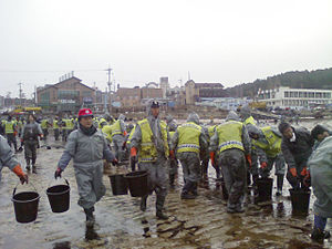 2007 South Korea oil spill - Police Officer volunteers