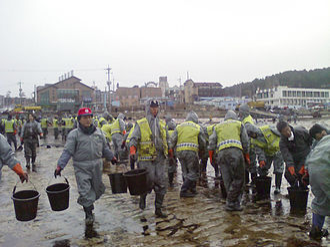 2007 South Korea oil spill - Police Officer volunteers