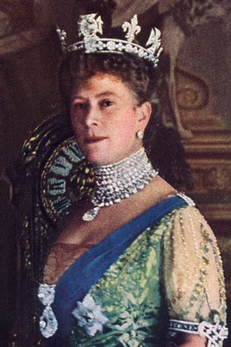 Cullinan Diamond - Queen Mary wearing Cullinans I and II as a brooch on her chest, III as a pendant on the Coronation Necklace, and IV in the base of her crown, below the Koh-i-Noor