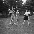 Meisjes spelen volleybal, Bestanddeelnr 904-0969.jpg