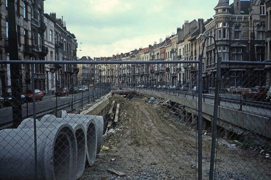 De bouw van de premetroingang in Albertlaan in 1984