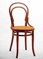 Chaise utilisant la technique du bois cintré. Assise en cannage.
