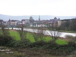 Blick von Norden über die Weser auf die in der norddeutschen Tiefebene liegende Stadt Minden. Im Hintergrund das Wiehengebirge.