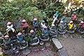 Miyajima, daisho-in, statue buddiste con cappellini e sciarpette 02.jpg