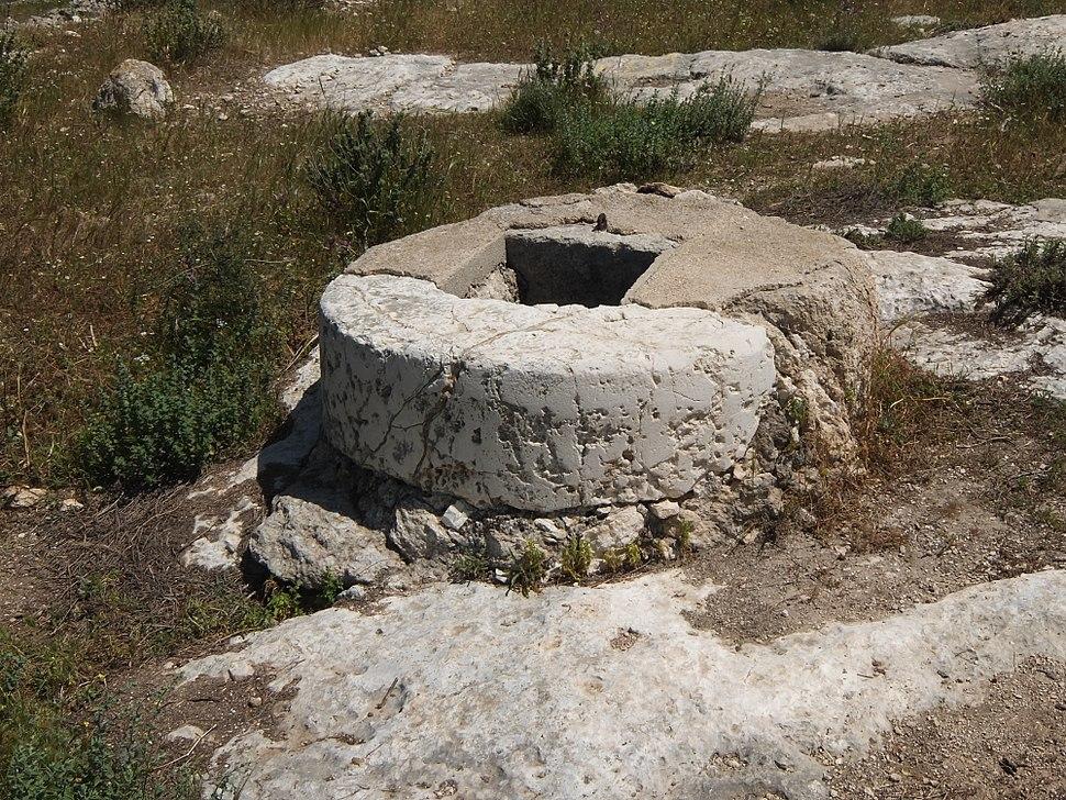 Mouth of cistern, Bayt Nattif, April 2015