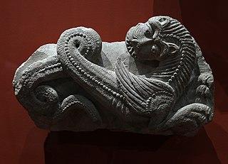 Deux fragments de décor de clef de voûte (?) : animaux fabuleux (aspics?)