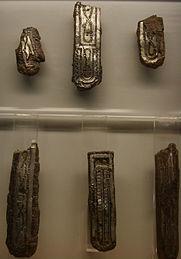 Museo_di_castelvecchio,_arte_longobarda,_guarnizioni_con_agemina_in_argento_e_ottone,_dettaglio.JPG