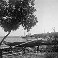 Namlea. eiland Boeroe. Molukken. Zicht op de kleine vrachtboot vanaf het strand., Bestanddeelnr 8083.jpg