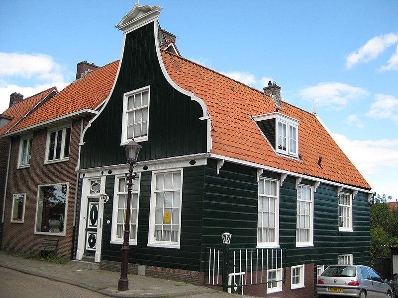Houten huis met klokgevel uit en ingezwenkt voorschot onderpui met fries in empirestijl aan - Meer mooie houten huizen ...