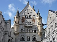 Oberer Schlosshof Neuschwanstein.jpg