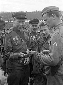 Officers comparing watches.jpg