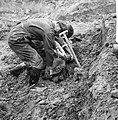 Opgraving neergeschoten vliegtuig in polder bij Waalwijk. RAF-vlieger met band v, Bestanddeelnr 912-6990.jpg