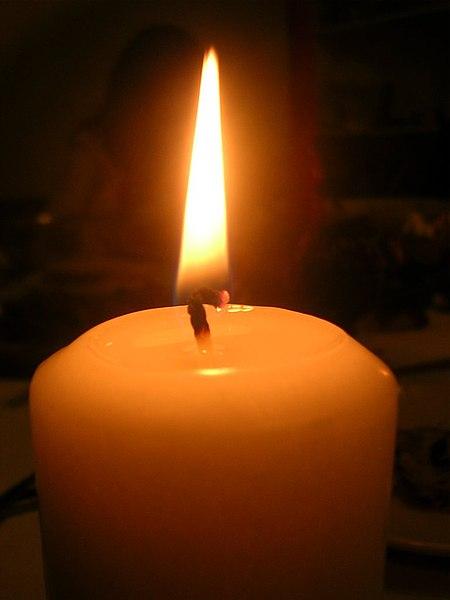 Plik:Płonąca świeca na stole.jpg