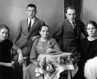 Paavo Nurmi - Nurmi (second from right) with his family in 1924