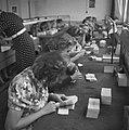 Pakketten bankbiljetten worden geteld, Bestanddeelnr 900-7784.jpg