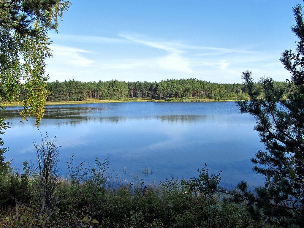 1024px-Panorama_jeziora_Szarmachy.jpg