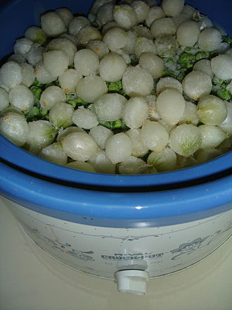 Pearl onion - Pearl onions and peas topping a crockpot dish